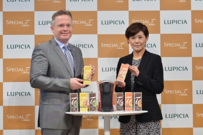 ネスレ日本のグンター スピース専務(写真左)とルピシアの森重かをり社長(写真右)