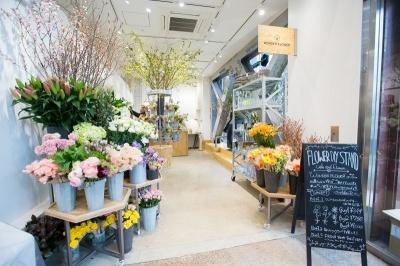 店内は7坪。切り花のほかに枝物も少し置かれている