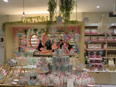 ギャラリースペースには同店の店内装飾を手がけたイラストレーターの利光春華氏の書籍や、利光氏がイラストを手がけた菓子が並ぶ