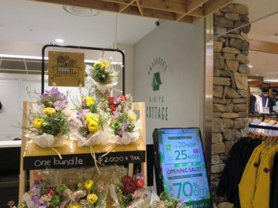 店頭では生花店「日比谷花壇」が手がけた、花瓶を使わずにそのまま飾れるブーケ「one bundle」も販売する