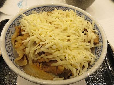 チーズをトッピングした「豚チーズ丼」(並盛り430円)