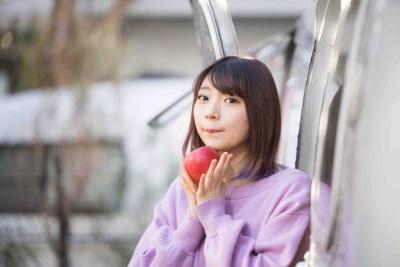辻愛沙子(つじ あさこ)。1995年、東京都出身の22歳。慶應義塾大学環境情報学部に籍を置く現役大学生ながら、企業向けのブランディングや店頭プロモーションなどを企画するエードット(東京都渋谷区)に勤務するデザイナー/アーティストでもある