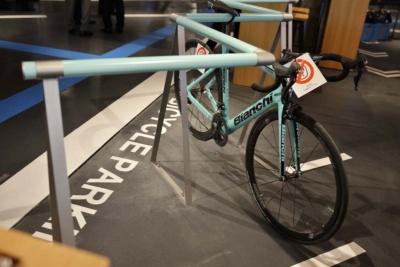 タリーズコーヒーの入口にはスポーツサイクル専用のラックを用意