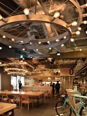 店内照明は車輪をイメージしたというタリーズコーヒー。上質な空間が広がる