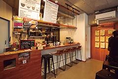 西新宿のオフィス街近くにある「coffee mafia」。飲食スペースもあり、定額会員のランチ需要なども捉える