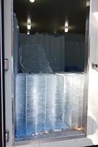 冷凍庫に保管されている天然氷