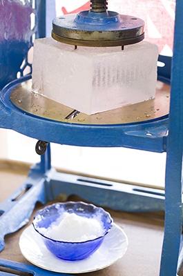 フワフワの食感のかき氷は、ブロック氷を刃物で削ってつくる。sasaki106/PIXTA(ピクスタ)