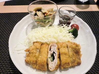 ミールキットで作成した「大葉とチーズのミルフィーユかつセット」(1人前、510円)。自宅で用意するのは水、油、コショウ、塩のみ。副菜は「ほうれん草と小松菜の煮浸し」