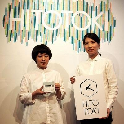 新ブランド「HITOTOKI」製品の開発を担当するキングジム商品開発本部の二人。左が井上彩子氏、右が望月真希子氏。背景の文字はマスキングテープで作られている