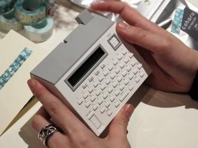 今回発表された新製品、テーププリンター「こはるMP20」(6800円)。発売は5月19日