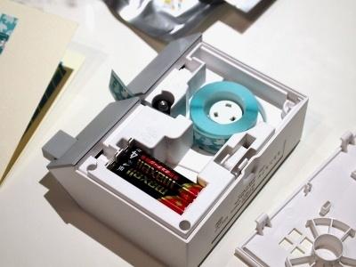 裏ぶたを開けてテープをセット。単4乾電池4本で動く