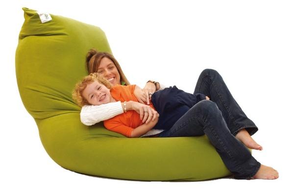 椅子やソファ、ベッドなど多様な用途で使える「Yogibo Max」。長さは約170センチで、重さは8キロ。価格は2万9800円