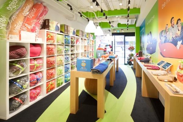 表参道駅からほど近い場所にあるYogibo Store 青山店。販売スペースだけでなく、商品の体験ゾーンやショールームも設けられている