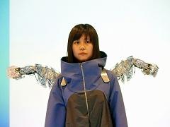 きゅんくんが制作したウエアラブルアームロボット「METCALF」。ザックのように背負って装着し、スマホのアプリから操作する