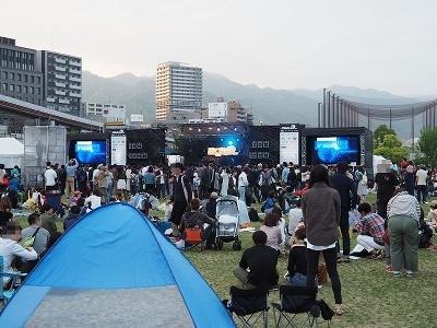 078の会場の一つである「みなとのもり公園」。来場者は、開放的な空間で音楽ライブを楽しんでいた