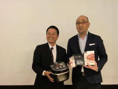タイガー魔法瓶の和田隆弘常務(写真左)とライザップの高谷成夫取締役(写真右)