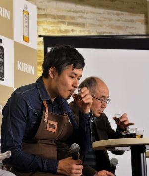 焙煎士の後藤直紀氏(左)と渡辺保夫愛媛大教授。後藤さんは2013年「World Coffee Roasting Championship」(仏・ニース)で世界一に輝いた実績を持つ