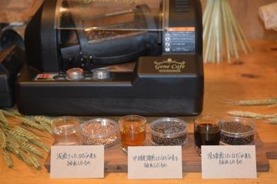 はだか麦の焙煎度を変えて抽出したもの。焙煎度によって抽出されるお茶の色が変わる