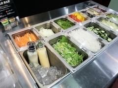 レタス、水菜、キュウリなどフレッシュな野菜が並んだサラダバー。ラージサイズ495円、レギュラーサイズ295円。ドレッシングも店内で作っている
