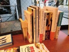 イートインスペース内の書籍は利用者が自由に読める