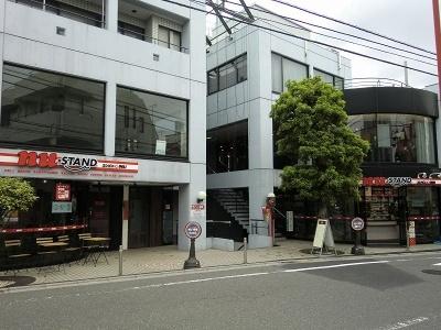 右側の建物がコンビニエンスストアで、左側がイートインスペース。営業時間は7時~23時。年中無休。京王井の頭線・下北沢駅西口から徒歩約3分