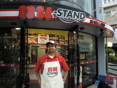 Pヴァイン(ピーヴァイン)の水谷聡男社長。店舗のロゴは同社の作品のアートワークを数多く手がけてきた湯村輝彦氏がデザインした