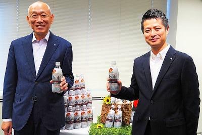 「炭酸水の市場は10年で8倍にも伸びている」と話すアサヒビール マーケティング本部の黒木誠也マーケティング本部長(左)と倉田剛士氏(右)