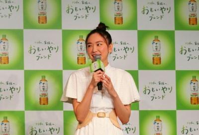 「アサヒ 十六茶」発表会に登壇した新垣結衣さん
