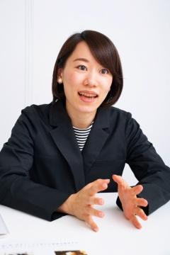ワークウェアスーツの販売を手がけるグループ会社オアシススタイルウェアの代表取締役・中村有沙さん。ワークウェアスーツのジャケットを着用