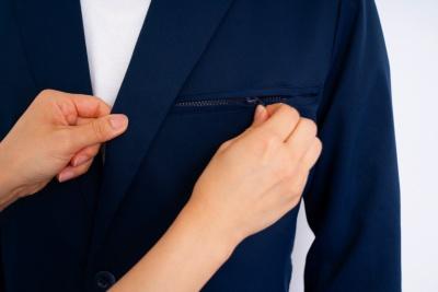 これは男性用ジャケット。胸ポケットは、かがんでもモノが落ちないようにジッパー付き。ここにデジカメや携帯電話を入れる