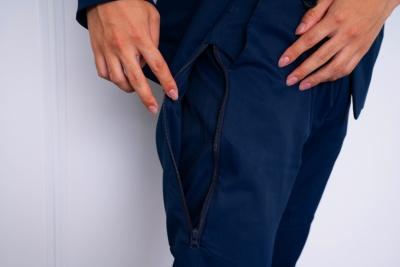 男性用ズボンの太もも部分には巨大なポケットが付いている。「ここは自分の汗を拭くタオルを入れるのに便利。首に下げたままお客さんの前には行けないので、一時的な収納場所にしています」(素原さん)