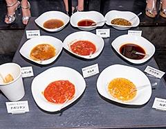 グラビアアイドルと共同で開発した唐揚げ用のソース。全部で8種類