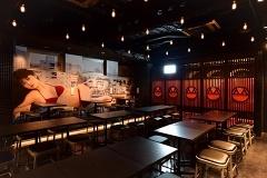 店内の一画、右側の赤い衝立の向こうにわずか5席の「週プレ酒BAR」がある