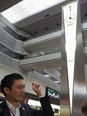 JALで南方面へ旅立つときの集合場所、1番時計台。こうしてみると、第1ターミナルと第2ターミナルで時計台の形が違うことに気づく。第2ターミナルは円形だった