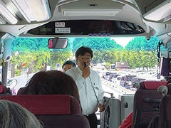 バスの運転手がバスの設備などを紹介。「みなさん安心してください。このバス、トイレがついてますよ!」ととにかく明るい安村のギャグ風に説明すると、参加者からどっと笑いが。とにかく明るい安村は、高い年齢の方にも知名度が高いよう