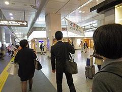 東京駅構内も旗の後ろを歩いてルートを確認する