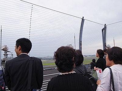自由行動の時間、希望者は添乗員の案内してもらって展望台を見学。その間も空港までの交通手段など様々な質問が出る