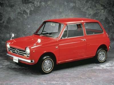 1967年に発売されたホンダの「N360」。前輪駆動による広い室内空間と、二輪技術をベースにした高出力エンジンで大ヒットした
