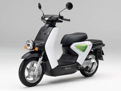 ホンダの電動バイク「EV-neo」。現在はリース販売専用車。二輪のクラスとしては、原付(50cc)とほぼ同じ