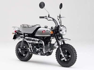 最終モデルとなるホンダの「モンキー・50周年スペシャル」。その昔ヒットしたメッキモンキーの現代版。全身メッキ加工のため非常に高価だが、最後らしいゴージャスなモデルとなった。500台限定で生産され、希望者はオーダー専用サイトから申し込む