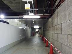 「高架下、高架下」と思って入り込んだのは、京王プラザホテル地下につながる地下道。「ここじゃない……」と行ったり来たりすることになる