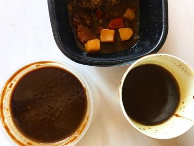 3品同時に食べ比べてみた。すき家のカレー弁当(写真上)、吉野家の黒カレー(写真右)、松屋のオリジナルカレー(写真左)