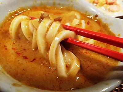 オーマイの「濃厚胡麻担々麺」も味も非常に濃厚で具材もボリュームがある。うどんよりも中華めんで冷やし中華風にして食べるほうが合うような気がした
