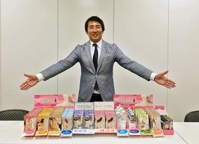 ものづくりをしたいと、広告代理店から転職したリベルタの真田哲矢部長。通販事業部からキャリアをスタートし、発想の豊かさが認められて美容企画開発部の部長に抜てきされた。スタッフは5人。真田部長の他は全員女性だ