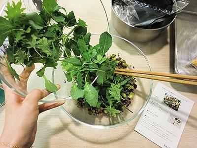 発表会では東京・広尾の人気イタリア料理店「AcquaPazza」(アクアパッツァ)の日高良実シェフが監修した「日高シェフの雑穀ベビーケールサラダ」の調理体験会も開かれた