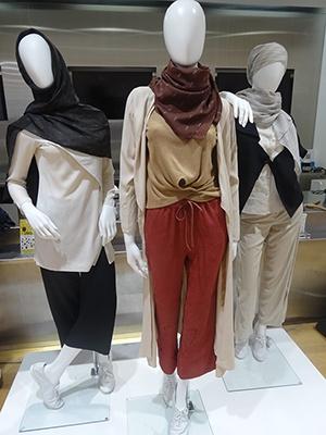 ムスリムファッションは肌や体のラインが出ないようなデザインが特徴。今コレクションでは、ムスリム女性のみならず、日本人女性がデイリーに着こなせるようなゆったりとしたシルエットでシンプルなアイテムがそろう