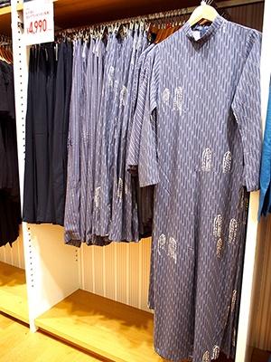 繊細な手描きの柄が個性的なフェミニンなレーヨンのワンピース(4990円)、同素材のスカート2990円