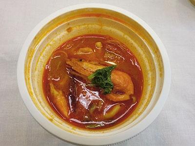 「トム・ヤム・クン」(330円)。トマトやしめじなどの野菜入り