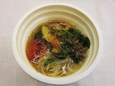 「牛肉と野菜のフォー」(298円)。タマネギや肉などの具が多く、食べ応えがある
