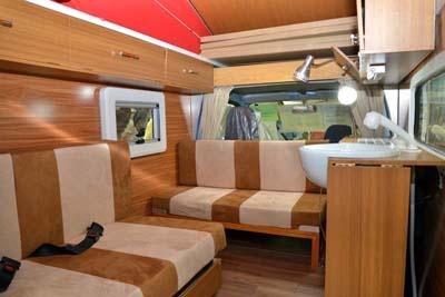 「リゾートデュオ バンビーノ Jr.」の内装。1トン前後という比較的軽量な車体重量と優れた断熱性を両立